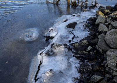 Kulda fryser til vannkanten.