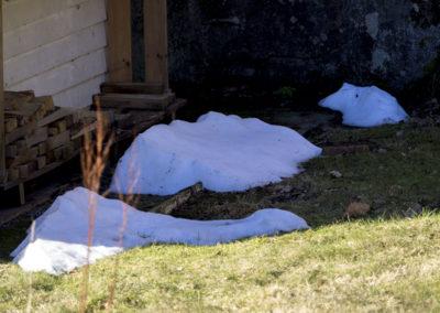 Mars tar vare på litt snø bak huset på Fuglevik, men våren kommer.