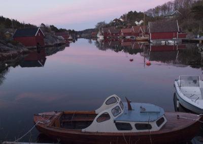 Stillheten senker seg i Skogsøysund en kveld i mai.