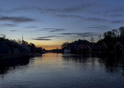 Klokka er passert fem, og Skogsøysundet våkner er morgen i mai.