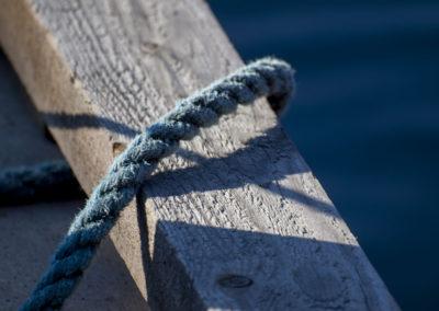 Skogøysund-sommer i juli, og båten skal fortøyes.