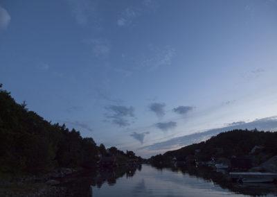 Det er midtsommer, tidlig i juli og sommeren er her i Skogsøysund.