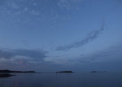 Flatt hav mellom Skogsøy og Landøy. Det er juli og skoleferie.